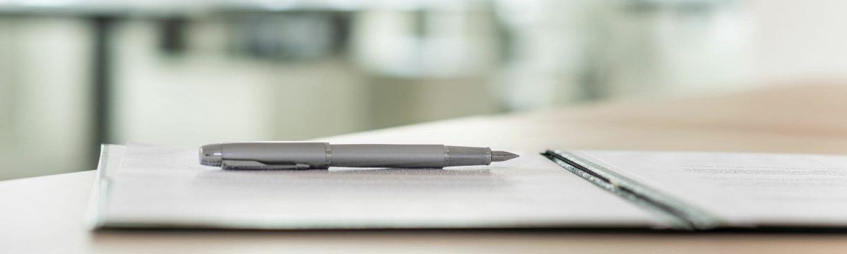 Dokumenten-Mappe mit einem Stift