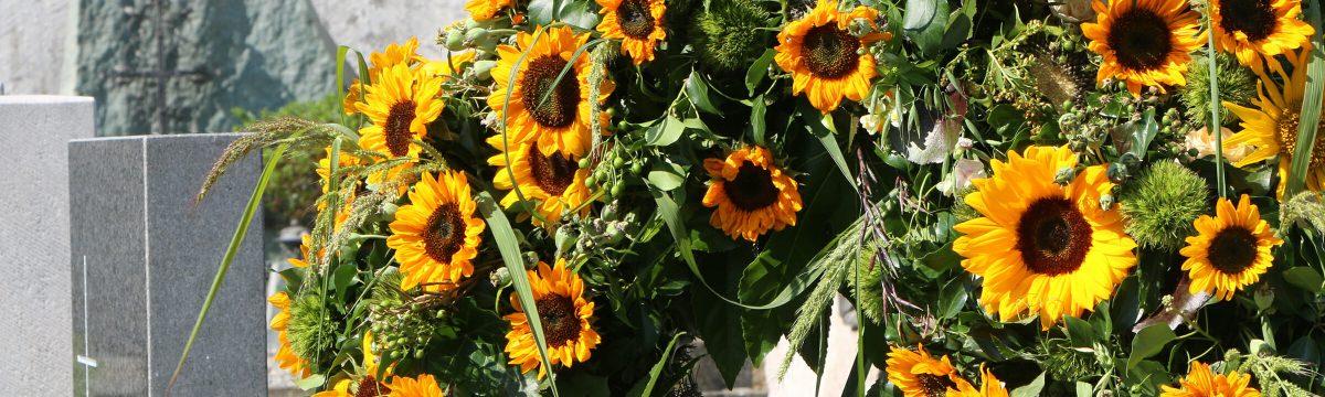 Trauerkranz mit Sonnenblumen vom Floristen